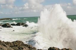 Vagues se brisant sur les rochers de l'île d'Yeu. Source : http://data.abuledu.org/URI/53af36d5-vagues-se-brisant-sur-les-rochers-de-l-ile-d-yeu