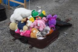 Valise pleine de peluches. Source : http://data.abuledu.org/URI/5362c708-valise-pleine-de-peluches