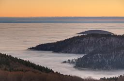 Vallée dans le brouillard en Franche-Comté. Source : http://data.abuledu.org/URI/52bf5996-vallee-dans-le-brouillard-en-franche-comte