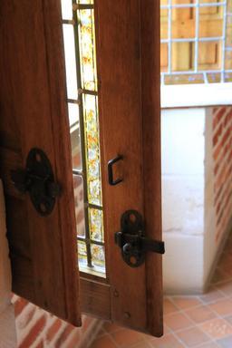 Vantail de fenêtre-vitrail. Source : http://data.abuledu.org/URI/55cccfda-vantail-de-fenetre-vitrail