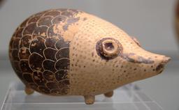 Vase antique en forme de hérisson. Source : http://data.abuledu.org/URI/51fd0a3e-vase-antique-en-forme-de-herisson