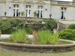 Vasque aux lions dans le parc du Château Malleret à Cadaujac. Source : http://data.abuledu.org/URI/594ea138-vasque-aux-lions-dans-le-parc-du-chateau-malleret-a-cadaujac