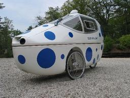 Vélomobile carrossé. Source : http://data.abuledu.org/URI/51fb6ec5-velomobile-carrosse