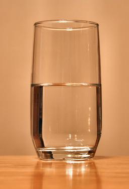 Verre d'eau. Source : http://data.abuledu.org/URI/502e8ef6-verre-d-eau