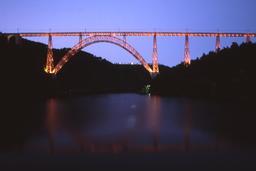 Viaduc de Garabit vu de nuit. Source : http://data.abuledu.org/URI/547cf783-viaduc-de-garabit-vu-de-nuit