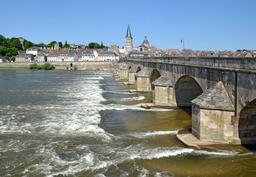 Vieux pont à La Charité-sur-Loire. Source : http://data.abuledu.org/URI/555b2157-vieux-pont-a-la-charite-sur-loire