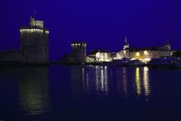 Vieux-Port de La Rochelle de nuit. Source : http://data.abuledu.org/URI/5826280e-vieux-port-de-la-rochelle-de-nuit