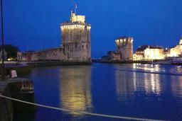 Vieux-Port de La Rochelle de nuit. Source : http://data.abuledu.org/URI/5826283f-vieux-port-de-la-rochelle-de-nuit