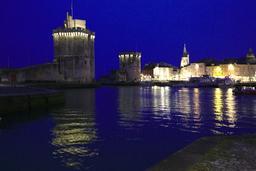 Vieux-Port de La Rochelle de nuit. Source : http://data.abuledu.org/URI/58262869-vieux-port-de-la-rochelle-de-nuit