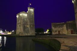 Vieux-Port de La Rochelle de nuit. Source : http://data.abuledu.org/URI/582628f5-vieux-port-de-la-rochelle-de-nuit