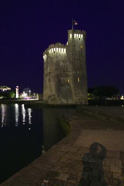 Vieux-Port de La Rochelle de nuit. Source : http://data.abuledu.org/URI/58262939-vieux-port-de-la-rochelle-de-nuit