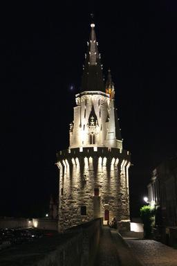 Vieux-Port de La Rochelle de nuit. Source : http://data.abuledu.org/URI/582629bc-vieux-port-de-la-rochelle-de-nuit