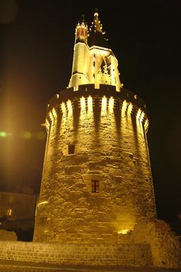 Vieux-Port de La Rochelle de nuit. Source : http://data.abuledu.org/URI/58262a57-vieux-port-de-la-rochelle-de-nuit