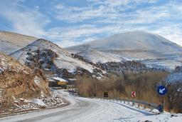 Village troglodyte en hiver en Iran. Source : http://data.abuledu.org/URI/55200a94-village-troglodyte-en-hiver-en-iran