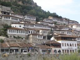 Ville de Bérat en Albanie. Source : http://data.abuledu.org/URI/5561606a-ville-de-berat-en-albanie