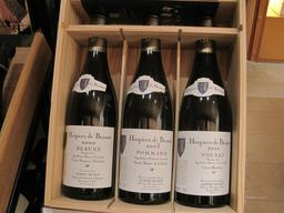 Vin en bouteille des Hospices de Beaune. Source : http://data.abuledu.org/URI/54a7b964-vin-en-bouteille-des-hospices-de-beaune