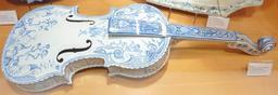 Violon de la faïence de Locmaria. Source : http://data.abuledu.org/URI/58585baf-violon-de-la-faience-de-locmaria