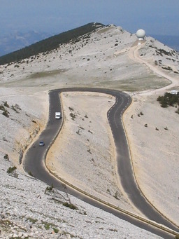 Virage sur la route du Mont Ventoux. Source : http://data.abuledu.org/URI/502129cf-virage-sur-la-route-du-mont-ventoux