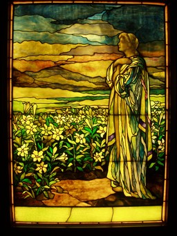 Vitrail du champ de lys de Tiffany en 1910. Source : http://data.abuledu.org/URI/551c021d-vitrail-du-champ-de-lys-de-tiffany-en-1910