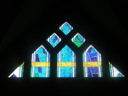 Vitrail moderne à Issy-les-Moulineaux. Source : http://data.abuledu.org/URI/52da678a-vitrail-moderne-a-issy-les-moulineaux
