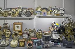 Vitrine d'une centaine de réveils. Source : http://data.abuledu.org/URI/503bb4e1-vitrine-d-une-centaine-de-reveils