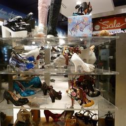 Vitrine de chaussures féminines en soldes. Source : http://data.abuledu.org/URI/55df71d2-vitrine-de-chaussures-feminines-en-soldes