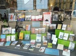 Vitrine de librairie sur les migrants. Source : http://data.abuledu.org/URI/59152668-vitrine-de-librairie-sur-les-migrants