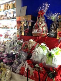Vitrine de Noël avec Panettones emballés. Source : http://data.abuledu.org/URI/52c67158-vitrine-de-noel-avec-panettones-emballes