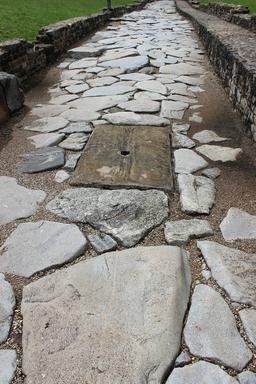 Voie romaine avec égout. Source : http://data.abuledu.org/URI/59079215-voie-romaine-avec-egout