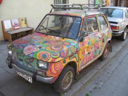 Voiture multicolore en Pologne. Source : http://data.abuledu.org/URI/51604a81-voiture-multicolore-en-pologne