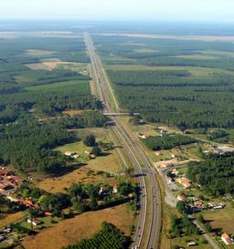 Vue aérienne de l'autoroute A63 dans les Landes. Source : http://data.abuledu.org/URI/51321b52-vue-aerienne-de-l-autoroute-a63-dans-les-landes