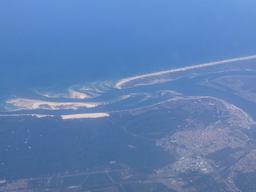 Vue aérienne de l'entrée du Bassin d'Arcachon en septembre 2014. Source : http://data.abuledu.org/URI/54509f69-vue-aerienne-de-l-entree-du-bassin-d-arcachon-en-septembre-2014