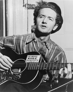 Woody Guthrie en 1943. Source : http://data.abuledu.org/URI/53f12f65-woody-guthrie-en-1943