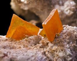 Wulfénite, Calcite. Source : http://data.abuledu.org/URI/50796dce-wulfenite-calcite