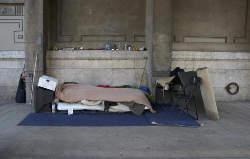Abri d'un SDF sous un pont de Paris