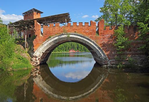 Ancien pont en briques à Moscou
