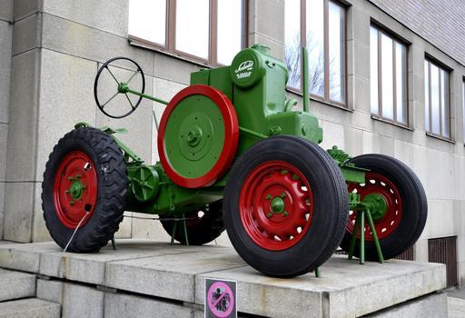 Ancien tracteur à Prague