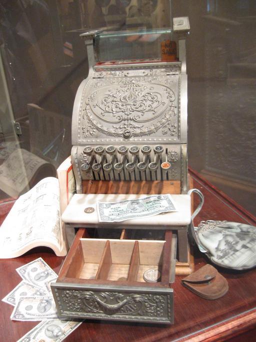 Ancienne caisse enregistreuse à tiroirs