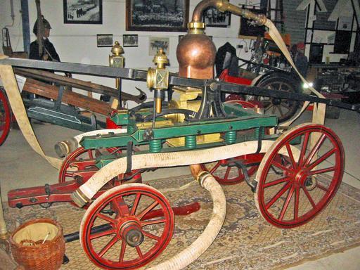 Ancienne pompe à incendie à bras