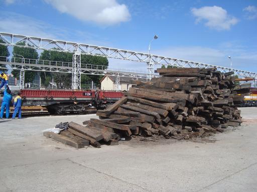 Anciennes traverses de chemin de fer en bois