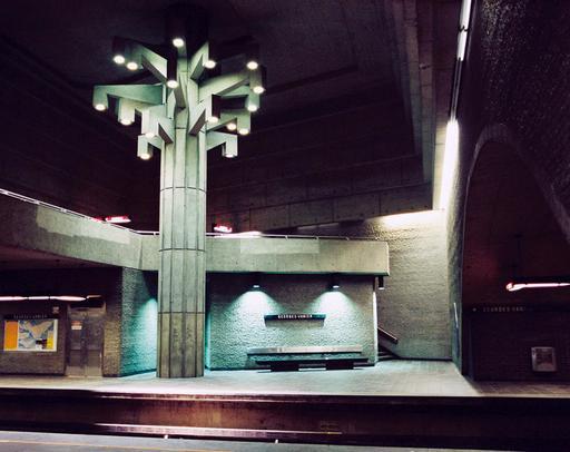 Arbre stylisé dans le métro de Montréal