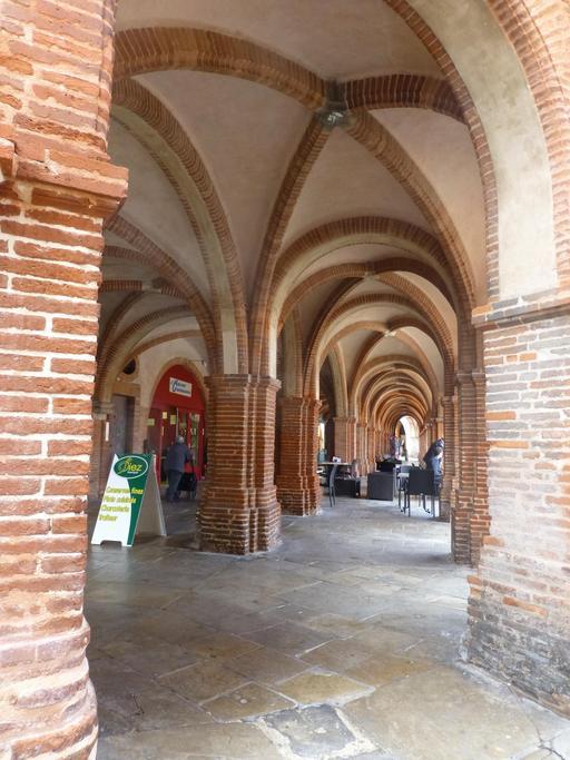 Arcades de la place nationale à Montauban