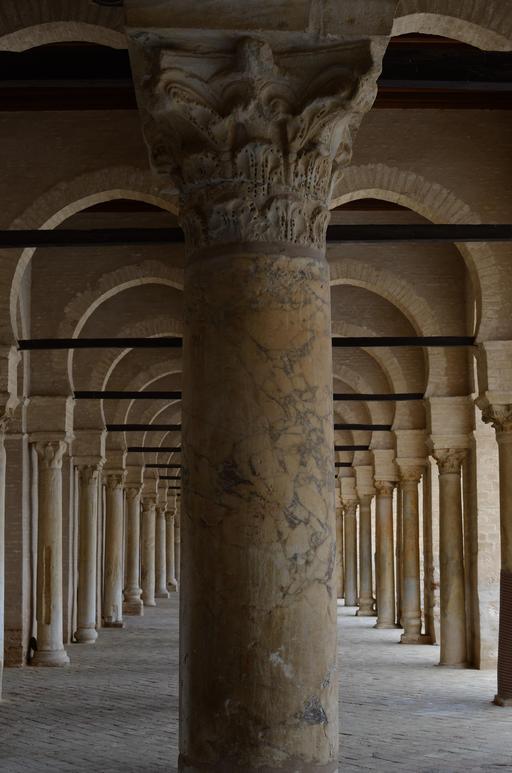 Arcades symétriques de la mosquée de Kairouan