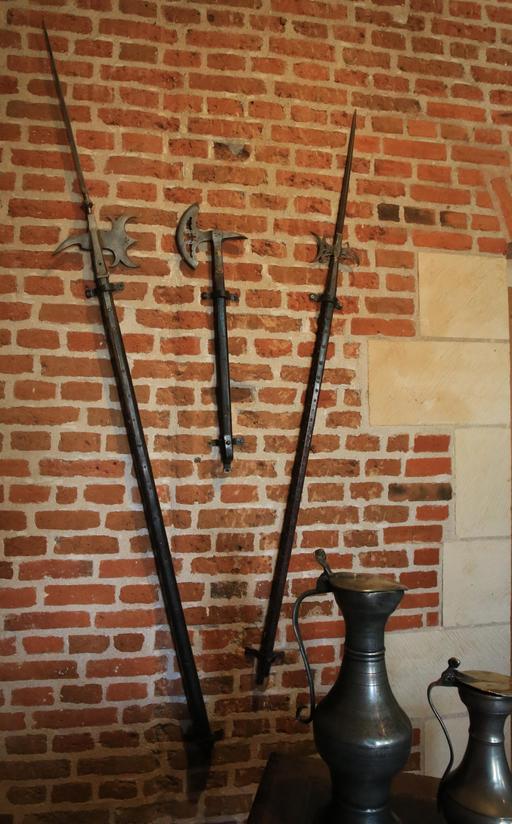 Armes et pichets en étain