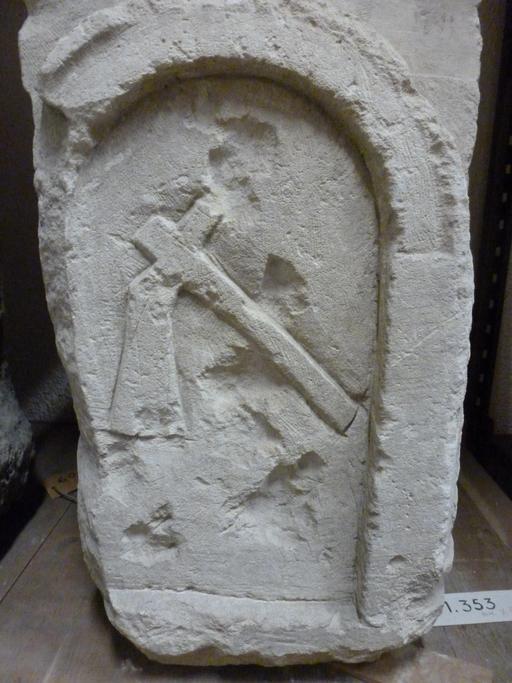 Ascia sur stèle funéraire à Bordeaux