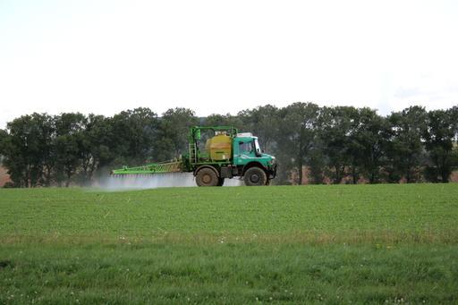 Aspersion de pesticides sur un champ