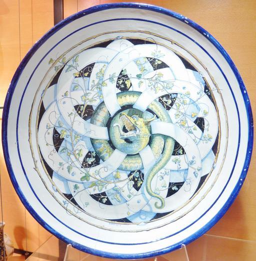 Assiette aux serpents en faïence de Locmaria.