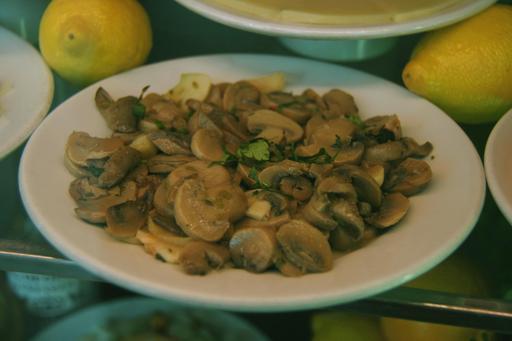 Assiette de champignons à l'ail et au persil