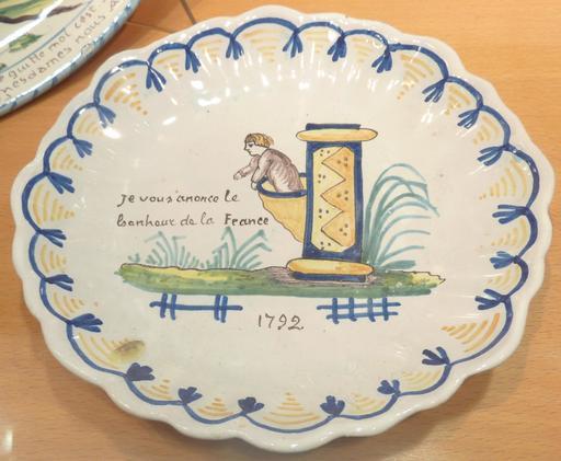 Assiette patriotique en faïence de Locmaria