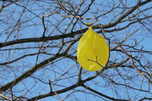 Ballon de baudruche jaune dégonflé